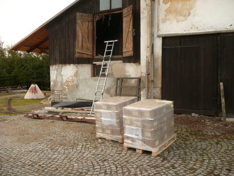 De 2 pallets met wandtegels voor het sanitairegebouw stonden aan de ...