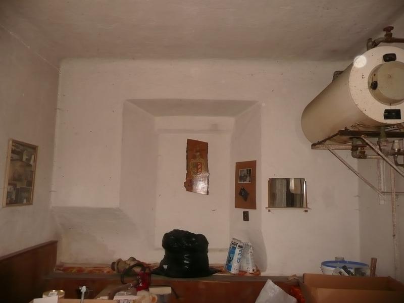 de muur tussen de woonkamer en het oude stookhok en het raam dat op ...